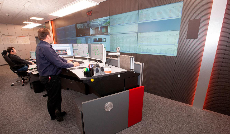 JST - ovag Netz GmbH - Netzleitstelle: höhenverstellbarer Leitwartentisch in der Stehposition