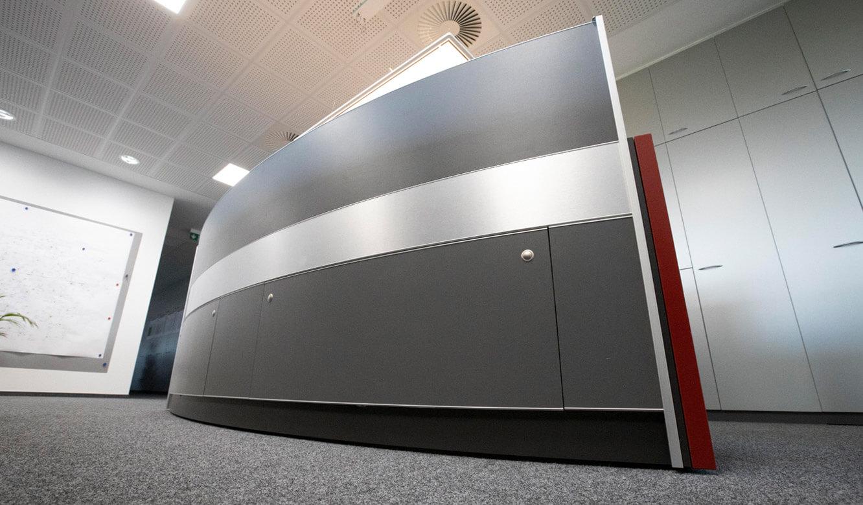 JST - ovag Netz GmbH - Netzleitstelle: Kontrollraumpult mit geschlossenem Versorgungsraum für Technik
