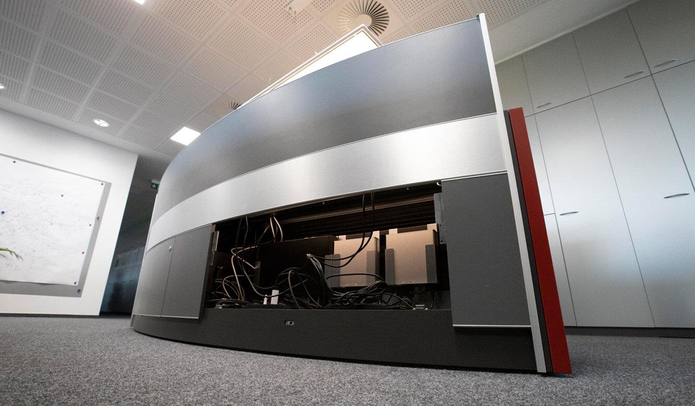 JST - ovag Netz GmbH - Netzleitstelle: beleuchteter Versorgungsraum im Leitwartentisch