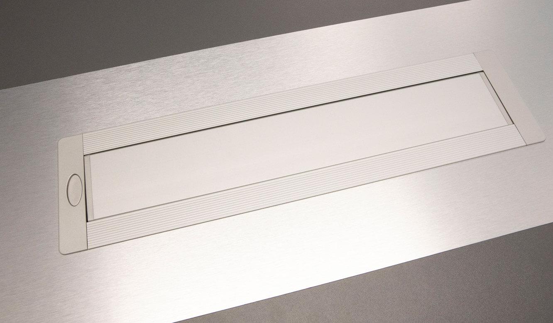 JST - ovag Netz GmbH - Netzleitstelle: Versorgungsanschlüsse in die Tischplatte des Operator-Pultes integriert