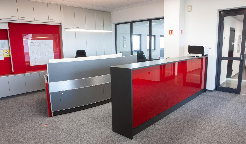 JST - ovag Netz GmbH - Netzleitstelle: Leitstellenmöbel und Empfangstresen