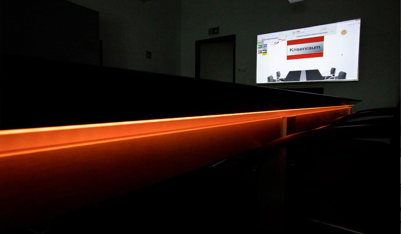 JST - ovag Netz GmbH - Netzleitstelle: Konferenztisch im Krisenraum mit AlarmLight ausgerüstet