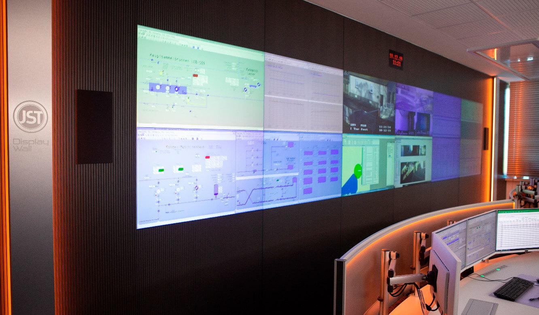 JST - ovag Netz GmbH - Netzleitstelle: VideoWall mit Cubes vor den Leitwarten-Arbeitsplätzen