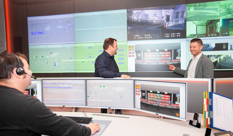 JST - ovag Netz GmbH - Netzleitstelle: Operator vor der Cube-Großbildwand
