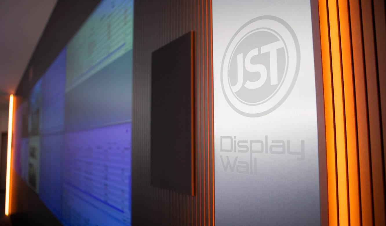 JST - ovag Netz GmbH - Netzleitstelle: Edelstahldesignstreifen und optische Alarmierung an der Monitorwand