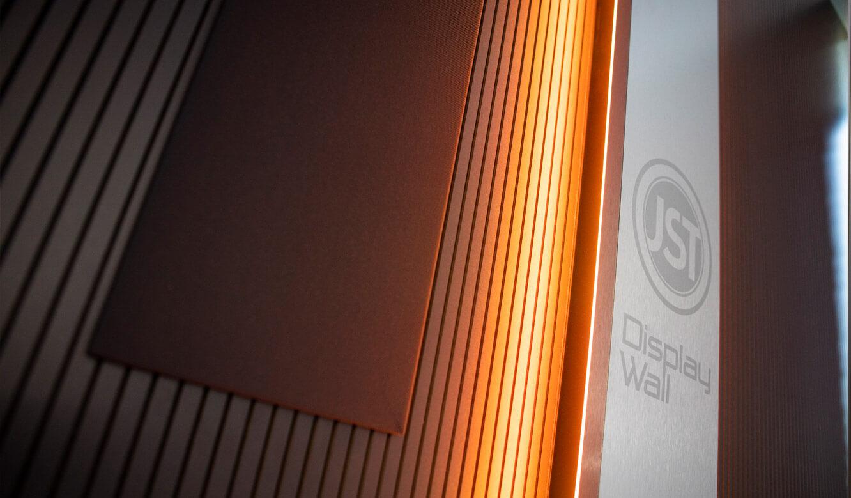 JST - ovag Netz GmbH - Netzleitstelle: Displaysuit mit integriertem AlarmLight und schallabsorbierender Verkleidung