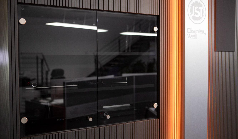 JST - ovag Netz GmbH - Netzleitstelle: Staufächer in die Verkleidung der VideoWall integriert