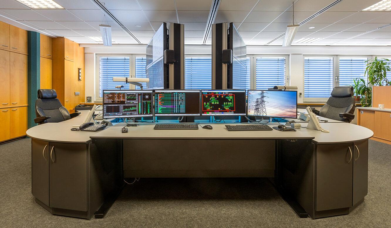 JST Netze Magdeburg: moderner Kontrollraum mit Großbildleinwänden