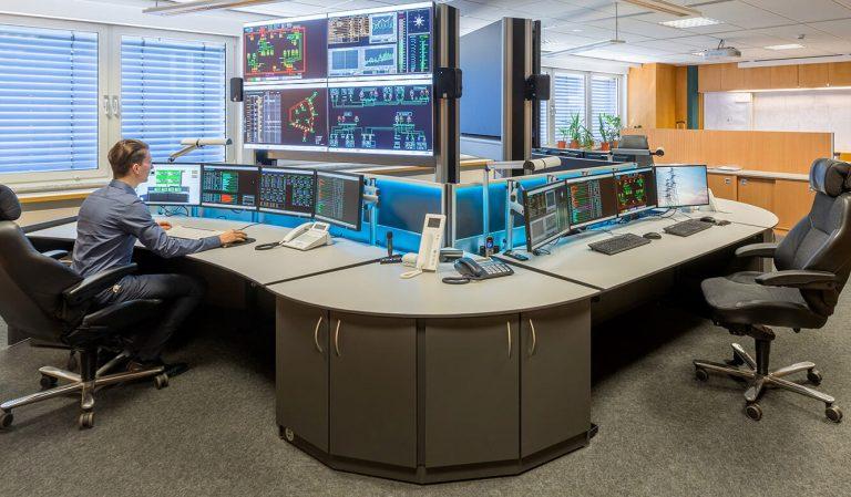JST Netze Magdeburg: Operator-Arbeitsplatz vor Großbildleinwand in Sitzhöhe
