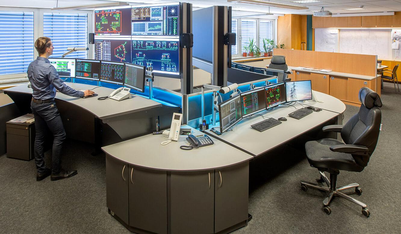 JST Netze Magdeburg: Operator-Arbeitsplatz vor Großbildleinwand in Stehhöhe