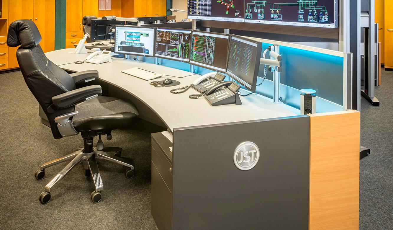 JST Netze Magdeburg: Operator-Arbeitsplatz mit 3D-Gelenkarmen für Monitore