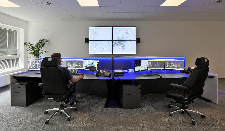 JST Stadtwerke Wolfenbüttel: neuer Leitstand mit Operator-Tischen und Monitorwand