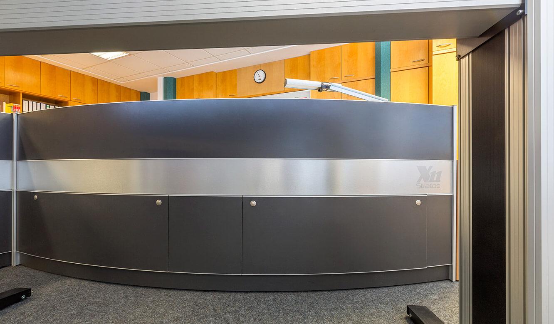 JST Netze Magdeburg: Stratos Operator-Tisch mit geschlossenem Versorgungsraum