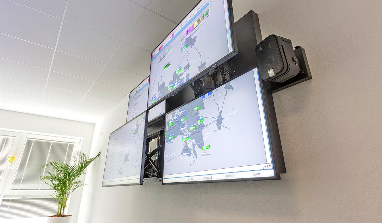 JST Stadtwerke Wolfenbüttel: Displays der Monitorwand lassen sich einzeln vorziehen