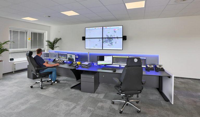 JST Stadtwerke Wolfenbüttel: ergonomisch-höhenverstellbarer Operator-Tisch in der Sitzposition