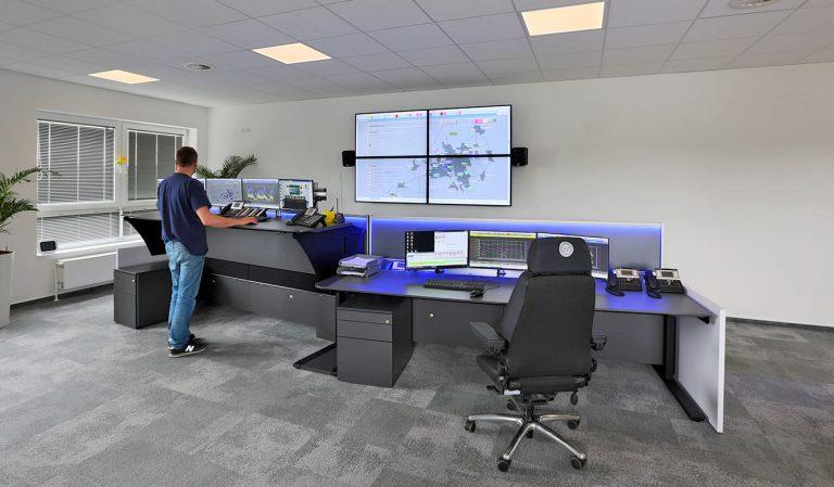 JST Stadtwerke Wolfenbüttel: ergonomisch-höhenverstellbarer Operator-Tisch in der Stehposition