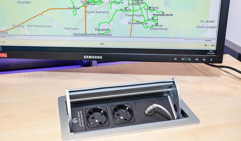 JST - Göttinger Verkehrsbetriebe: Power-Port-Data-Box mit Versorgungsanschlüssen im Leitstellentisch