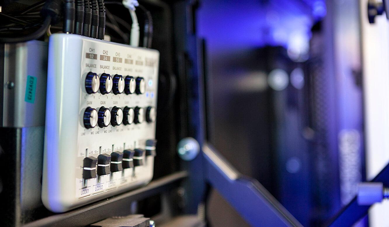 JST - Göttinger Verkehrsbetriebe: Audio-Line-Mixer hinter der Monitorwand