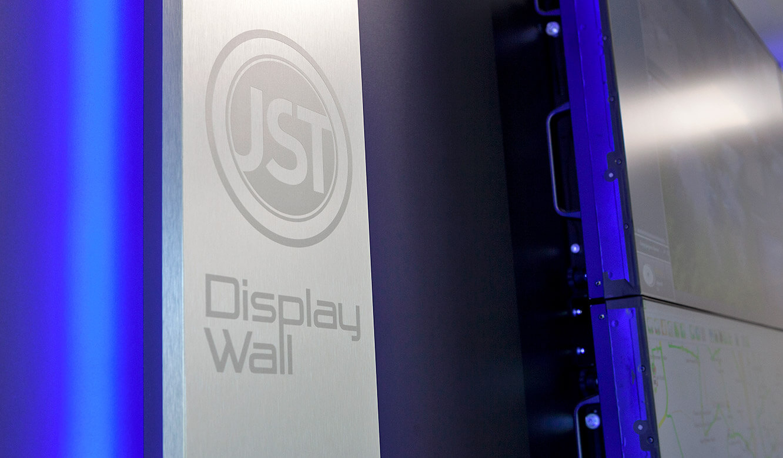 JST - Göttinger Verkehrsbetriebe: Seitenteil der Monitorwand aus gebürstetem Aluminium