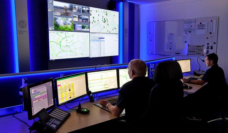 JST - Göttinger Verkehrsbetriebe: Operator-Arbeitsplätze vor der Großbildwand