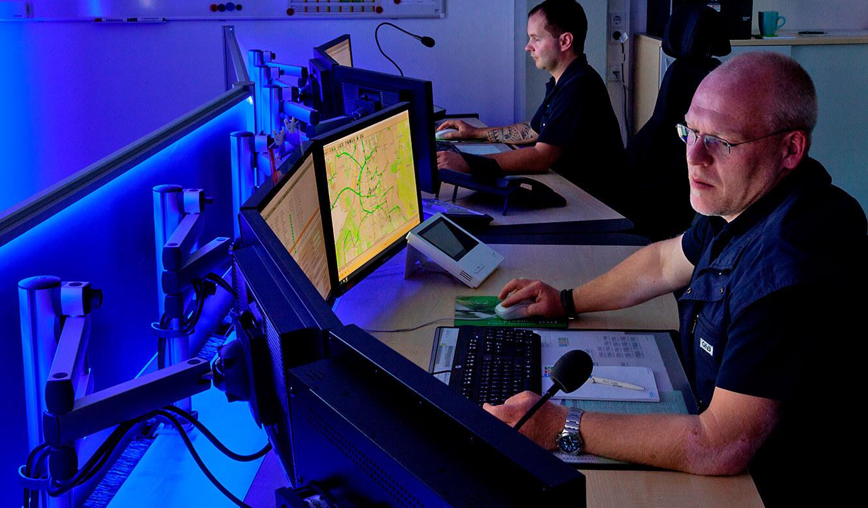 JST - Göttinger Verkehrsbetriebe: parabolisch angeordnete Arbeitsplätze für Leitstellen-Mitarbeiter