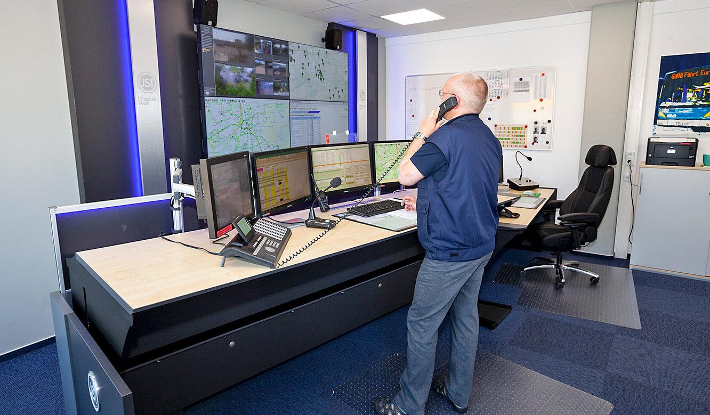 JST - Göttinger Verkehrsbetriebe: höhenverstellbare Arbeitstische in der Leitwarte