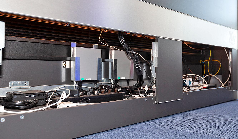 JST - Göttinger Verkehrsbetriebe: Leitstellentisch mit Platz für MultiConsoling-Reiceiver im Versorgungsraum