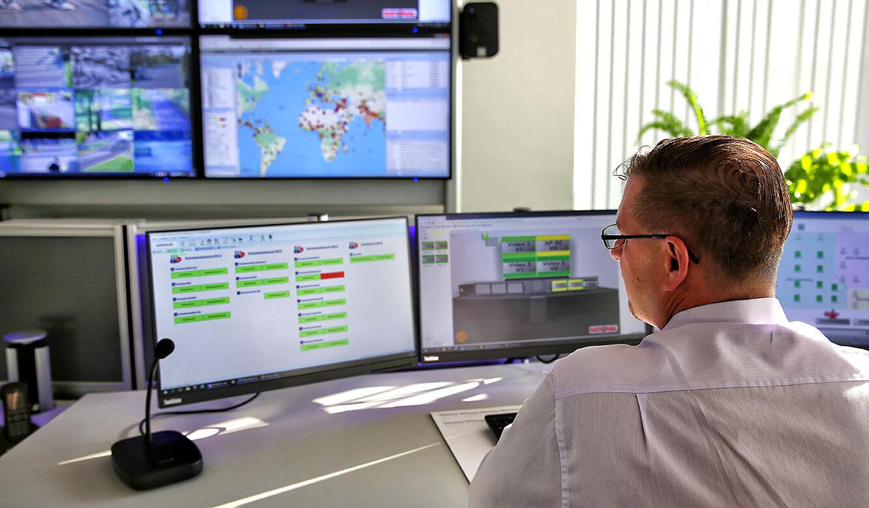 JST Rational Leitwarte: Arbeitsplatzmonitore und Monitorwand in der Sicherheitszentrale