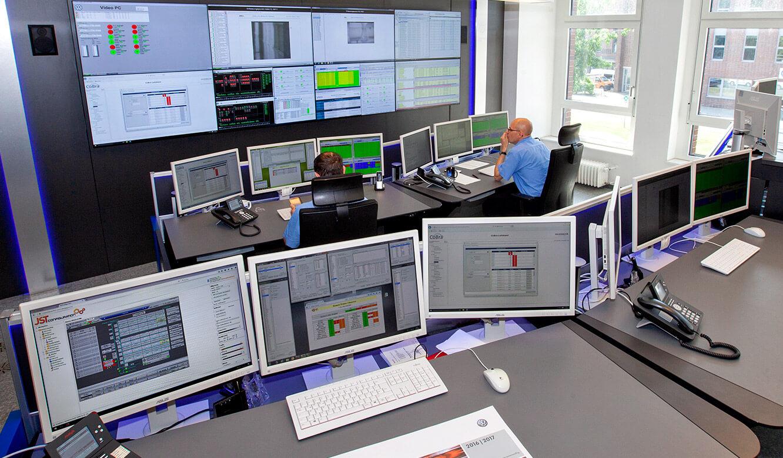 JST Volkswagen FIS-Leitstand: von jedem Operator-Arbeitsplatz perfekte Sicht auf die DisplayWall