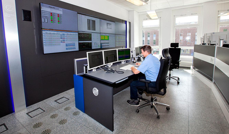 JST Volkswagen FIS-Leitstand: Operator-Tisch vor der Videowall in Sitzposition