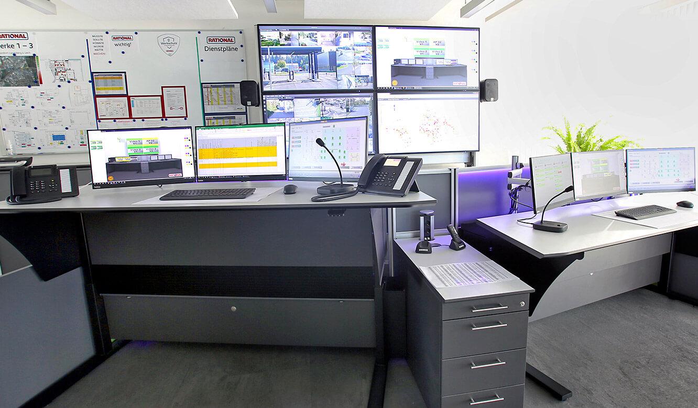JST Rational Leitwarte: ergonomische höhenverstellbare Arbeitstische in der Sicherheitszentrale
