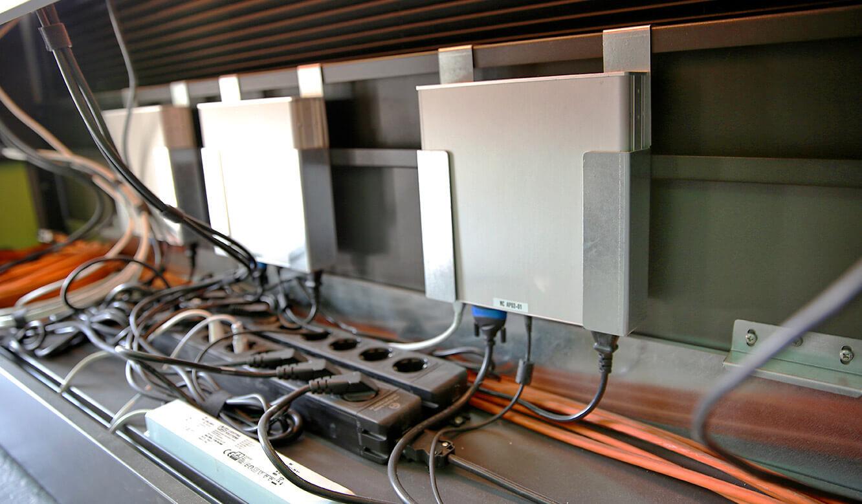 JST Rational Leitwarte: Platz für Technik der Sicherheitszentrale im Arbeitstisch integriert