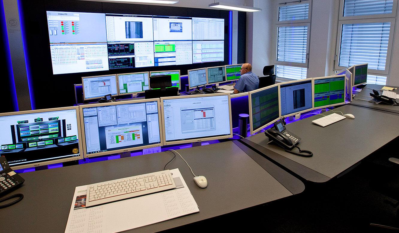 JST Volkswagen FIS-Leitstand: Monitorwand und Operator-Arbeitsplätze