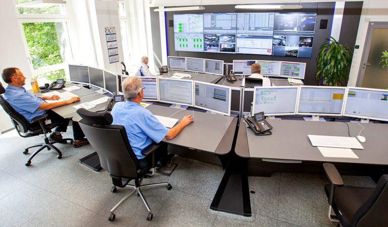 JST Volkswagen FIS-Leitstand: Operatortische vor der Großbildwand