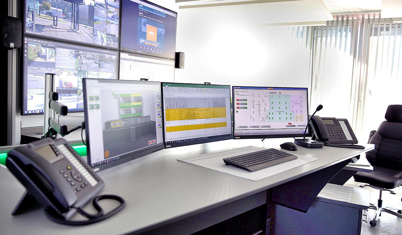 JST Rational Leitwarte: Monitorwand mit vier Großbilddisplays als Ergaenzung zu Arbeitsplatzdisplays