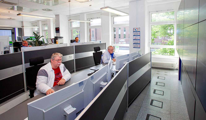 JST Volkswagen FIS-Leitstand: Operator-Arbeitplätze auf zwei Ebenen