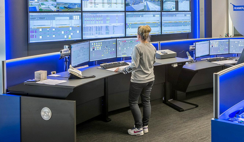 JST MVL Schwedt: Ergonomische Leitstellentische, höhenverstellbar
