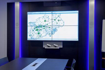 JST-IT.NRW: Video-Wall im Konferenzraum mit vier Großbild-Displays mit ultraschmalen Rahmen