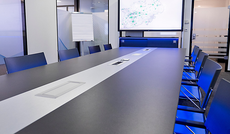JST-IT.NRW: 80-Zoll-Großbild-Display für bessere Übersicht im Besprechungsraum