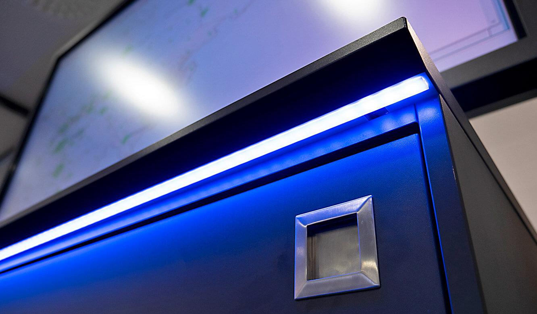 JST-IT.NRW: Alarm-Light-Beleuchtung am Displayrack im Besprechungsraum