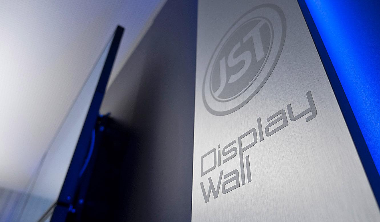 JST-IT.NRW: Display-Wall mit Designstreifen und Alarm-Light