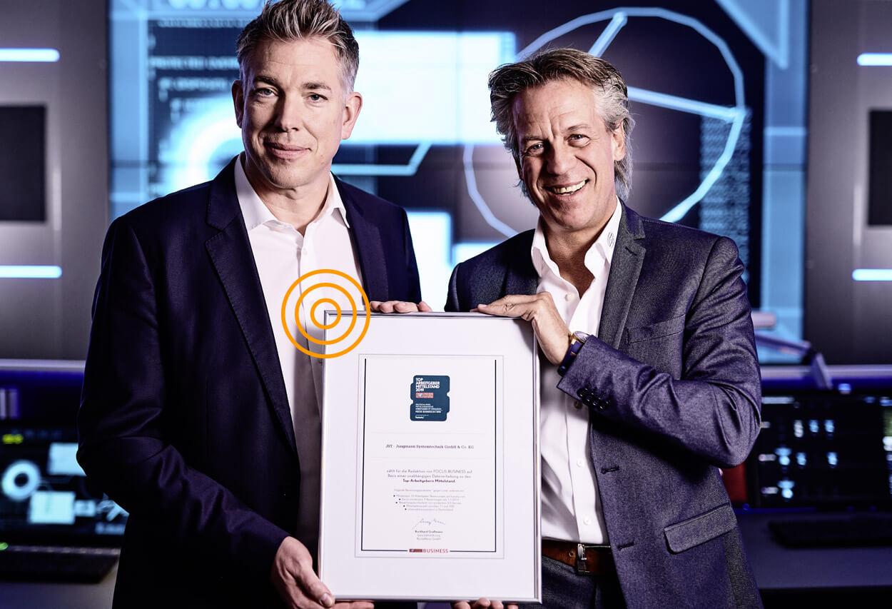 JST als Arbeitgeber - Geschäftsführer Carsten Jungmann und Kay Hansen mit der Auszeichnung