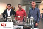"""Gemeinsam am Projekt """"Mini-Kraftwerk"""" beteiligt: die beiden technischen Mitarbeiter Heinz Köhler und Asis Niaz sowie Institutsleiter Prof. Dr.-Ing. Kai Michels"""