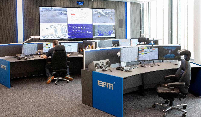 JST Referenz Leitwarte EFM Flughafen München: Möbel und Technik in modernem Leitstand