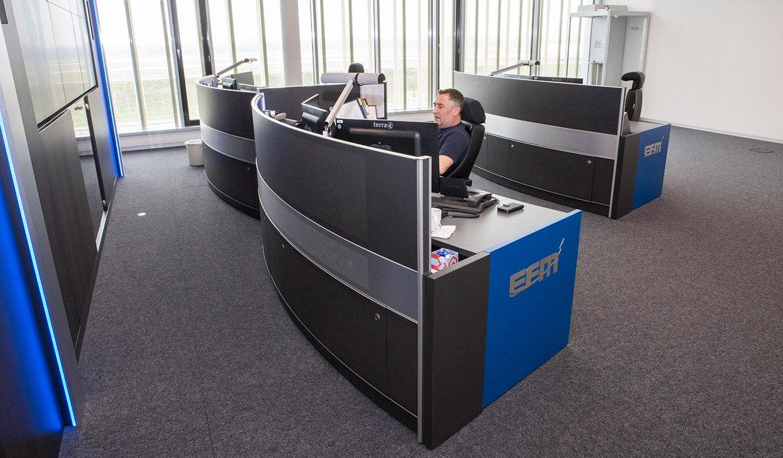 JST Referenz Leitwarte EFM Flughafen München: Leitwarten-Tische in halbrunder Optik
