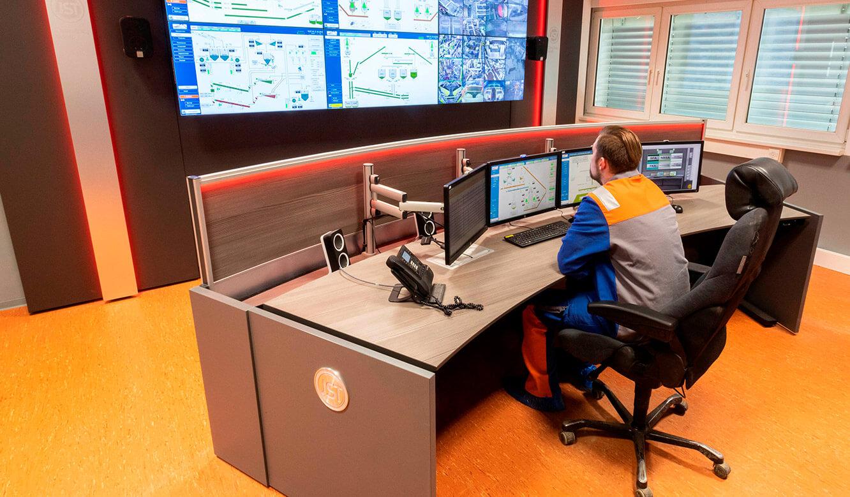 JST VA Erzberg: Großbildwand und Leitstellentisch mit Steh-Höhenverstellung