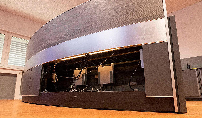 JST VA Erzberg: Leitstellentisch mit Versorgungsraum für Kabel und Technik