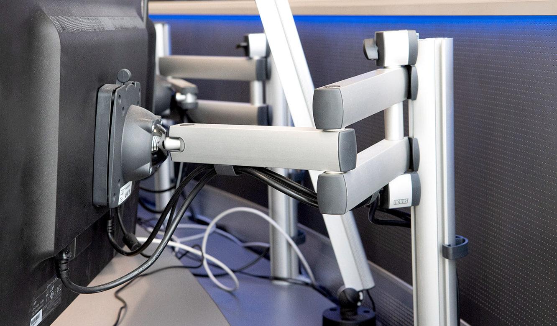 JST Referenz Leitwarte EFM Flughafen München: Höhenverstellbare 3D-Monitor-Gelenkarme für Arbeitsplatzdisplays