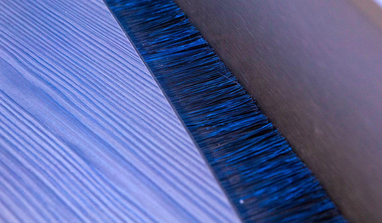 JST VA Erzberg: Bürstendichtung zur Kabelführung am höhenverstellbaren Leitwartentisch
