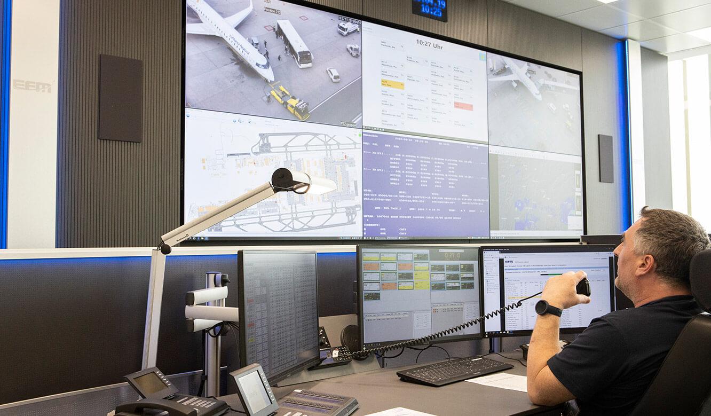 JST Referenz Leitwarte EFM Flughafen München: Operator-Tätigkeit vor der Großbildwand